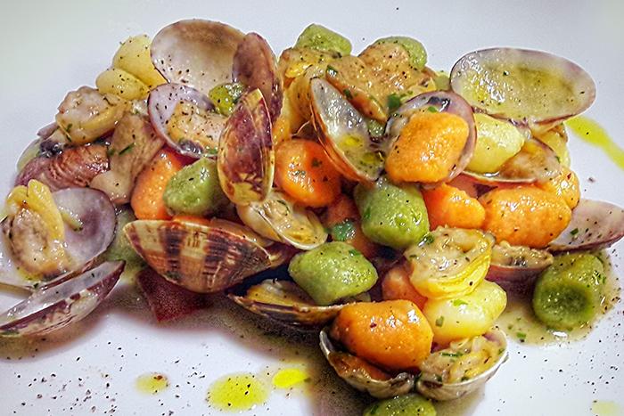 Ricetta Gnocchi Funghi E Vongole.Gnocchi Tricolore Poggiolini Con Vongole E Funghi Porcini Primi Di Pesce Pastificio Poggiolini